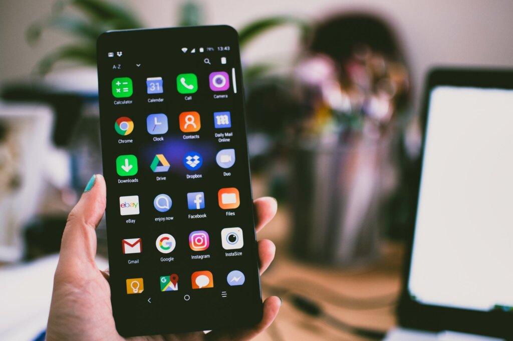 celular em destaque com ícones aparentes
