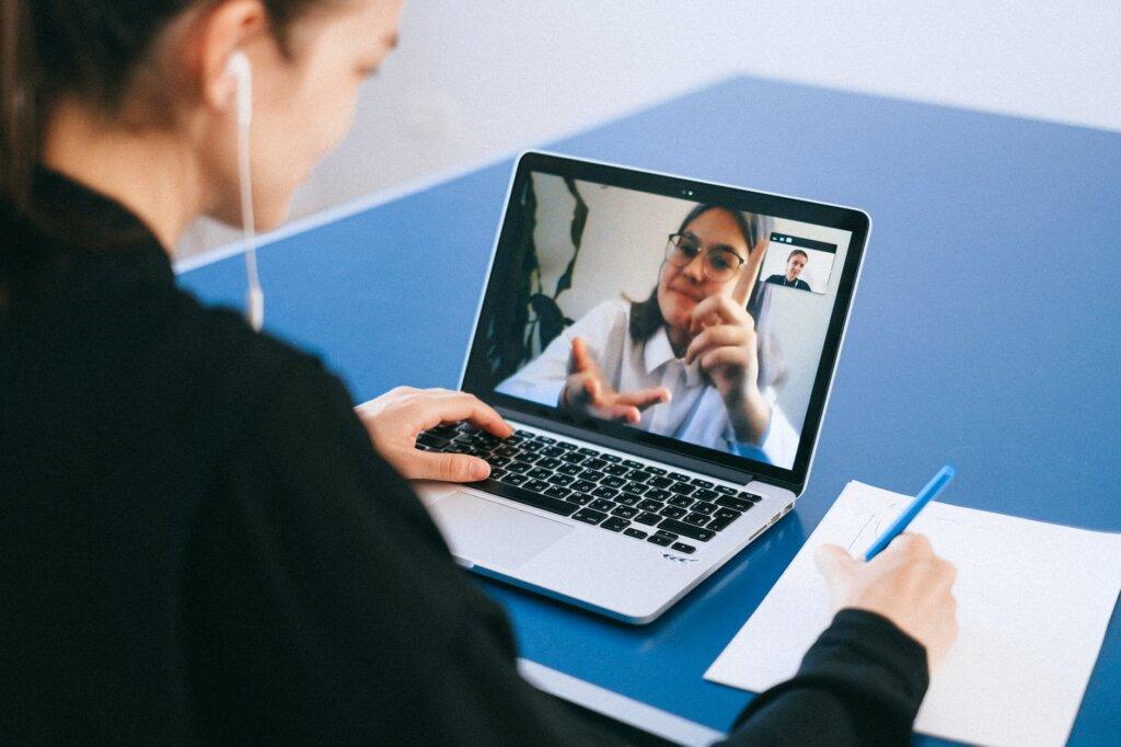 mulher durante videochamada com outra mulher