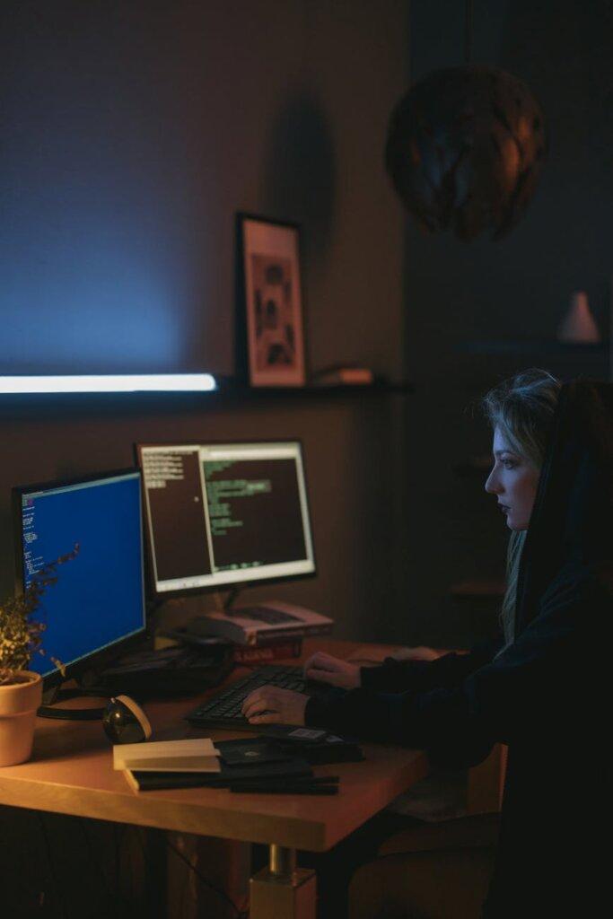 desenvolvedora trabalhando num quarto