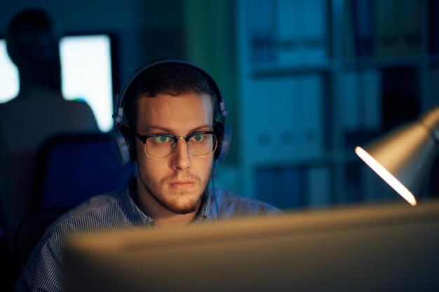 homem concentrado trabalhando em frente ao computador
